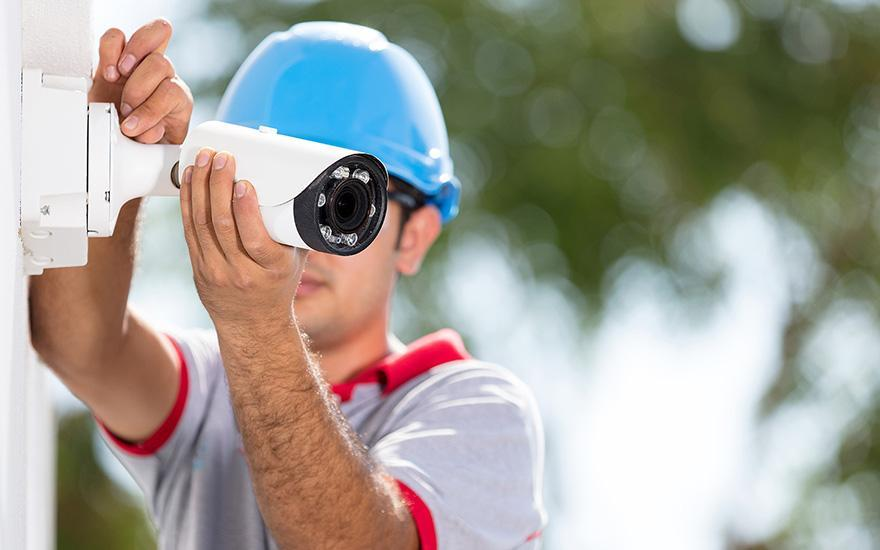 robotnik ustawiający kamerę
